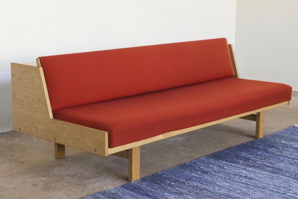 hans-wegner-sofa-bed-ge-258-oak-and-red-fabric-hans-wegner-for-getama