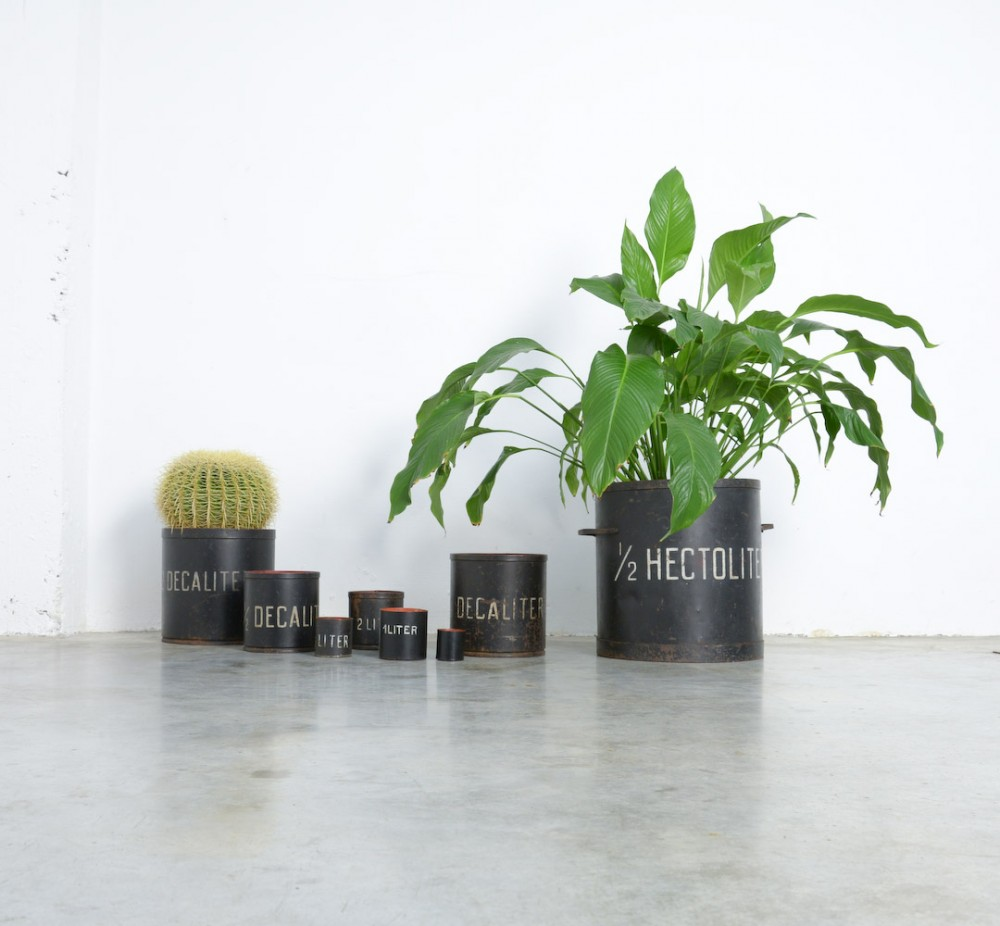 unknowndecorative-set-8-vintage-metal-measuring-cups