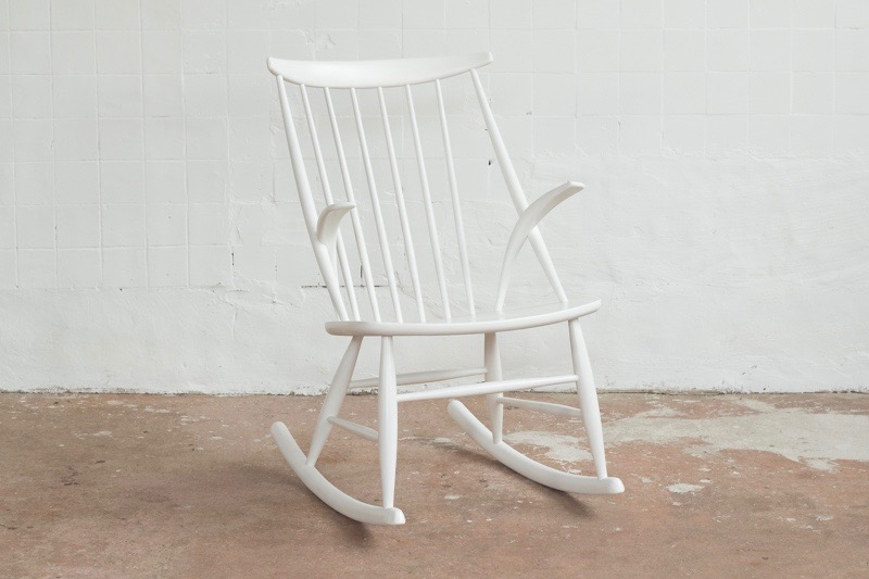 illum-wikkelso-white-rocking-chair-illum-wikkelso-for-niels-eilersen